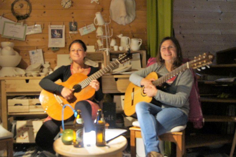Fidelis Gantner-Huberti und Anni Reisberger unterstützen den Kräuterpädagoge