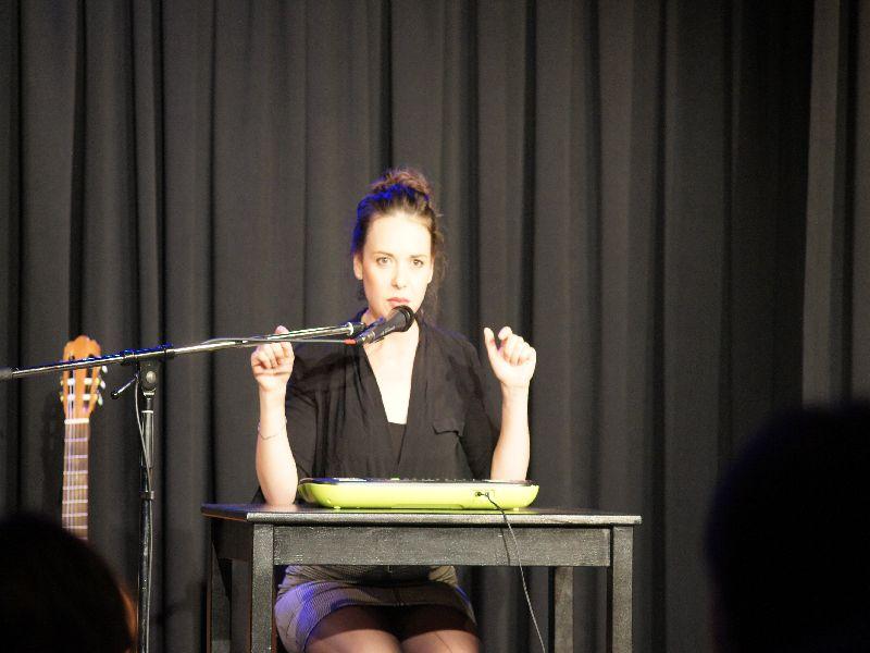 Carmen Jahrstorfer mit aktuellen Frauenthemen im Musikkabarett