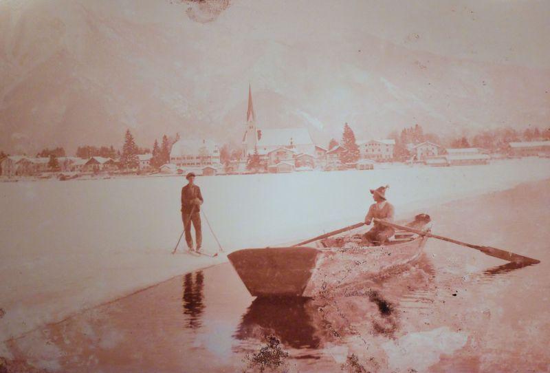 Überfahrer und Langläufer treffen sich auf dem zugefrorenen See.