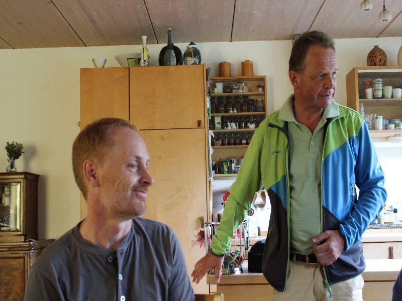Gastgeber Norbert Böhm und Veranstalter Christof Langer in der Küche des Passivhauses.