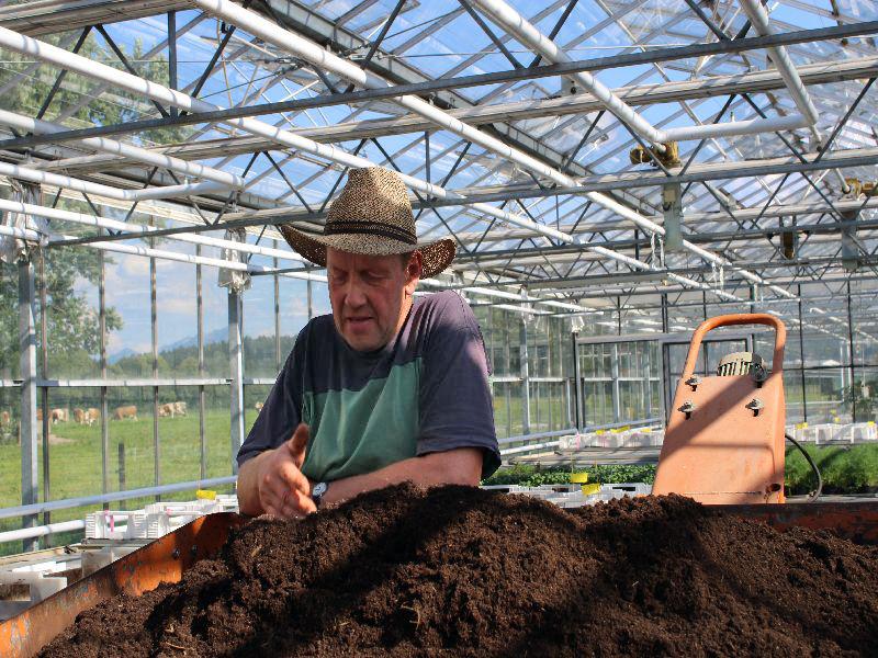 Gärtnermeister Josef Pöhm erläutet den biologischen Anbau