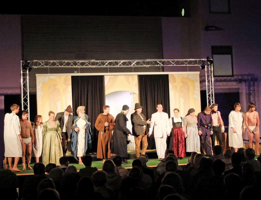 Applaus für die Darsteller des Volkstheaters Tegernsee