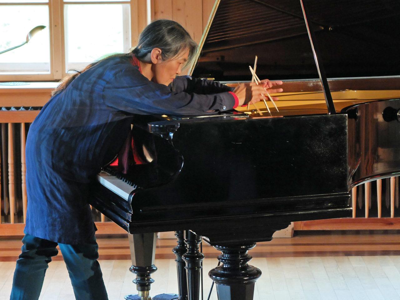 Musikalische Matinee Masako Ohta und ihre höchst einfühlsame Regentropfen-Improvisation im Resonanzkörper des Flügels