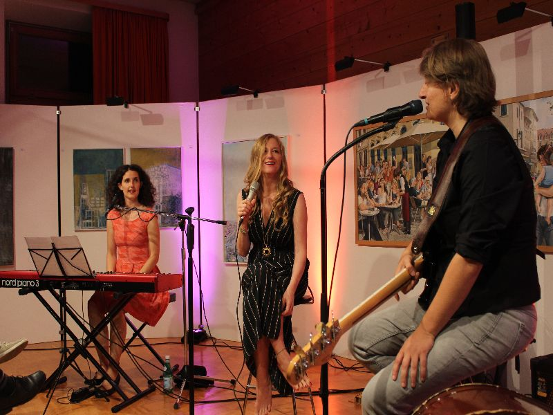 """Langer Abend der Kunst in Bayrischzell mit dem Trio """"Die drei Damen""""."""