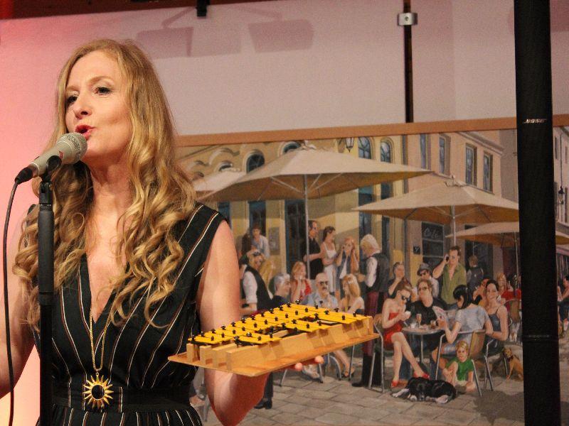 Leadsängerin Lisa Wahlandt mit Glockenspiel