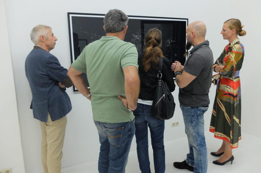 Chris Tille mit Besuchern vor seinem Bild 2297 in der Gallery Smudajeschek in München