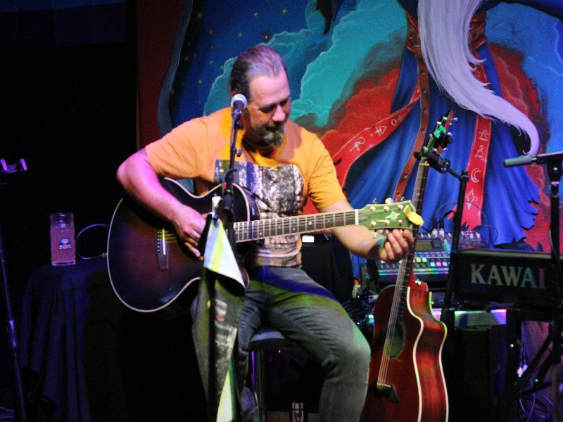 Alfons Hasenknopf beim Stimmen seiner Gitarre
