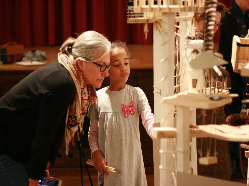 Künstlerin erklärt Micol Krause vom Tannerhof ihren Teil der Kreation Foto: Robert Krause