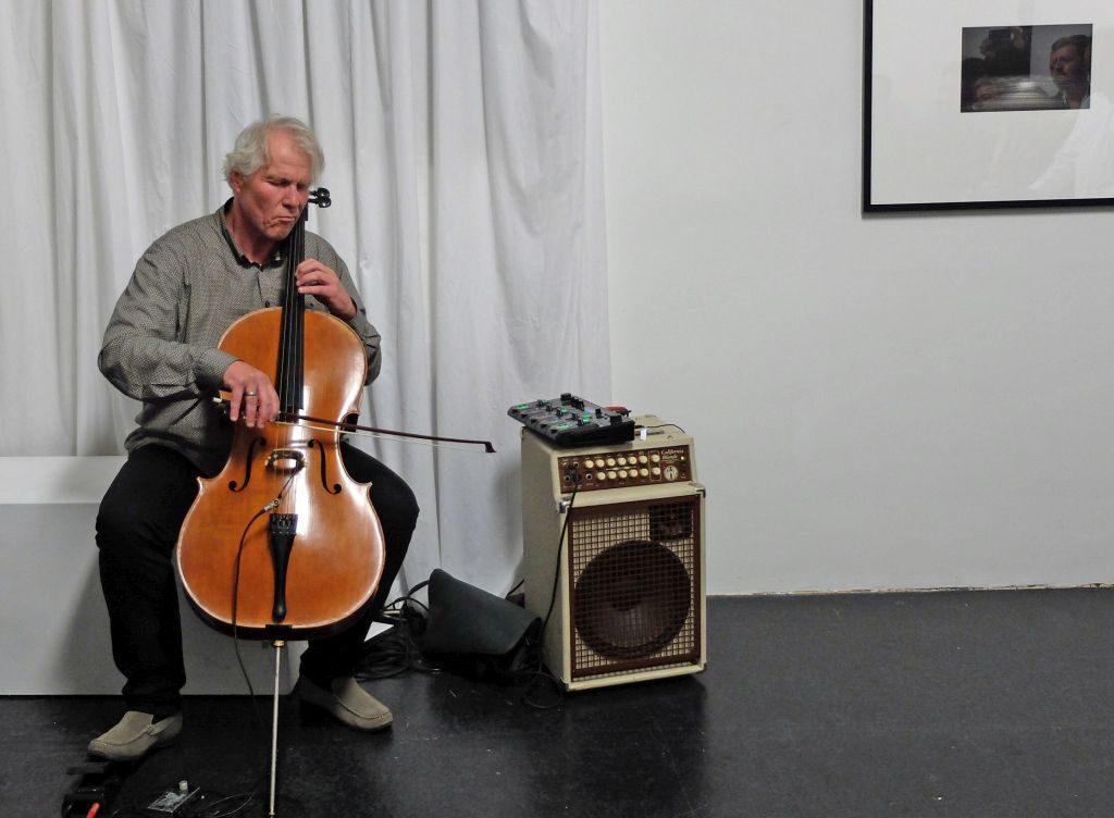 Cellist Jost Heckers eindrucksvolle Improvisationen über Sounddateien von Planetenklängen