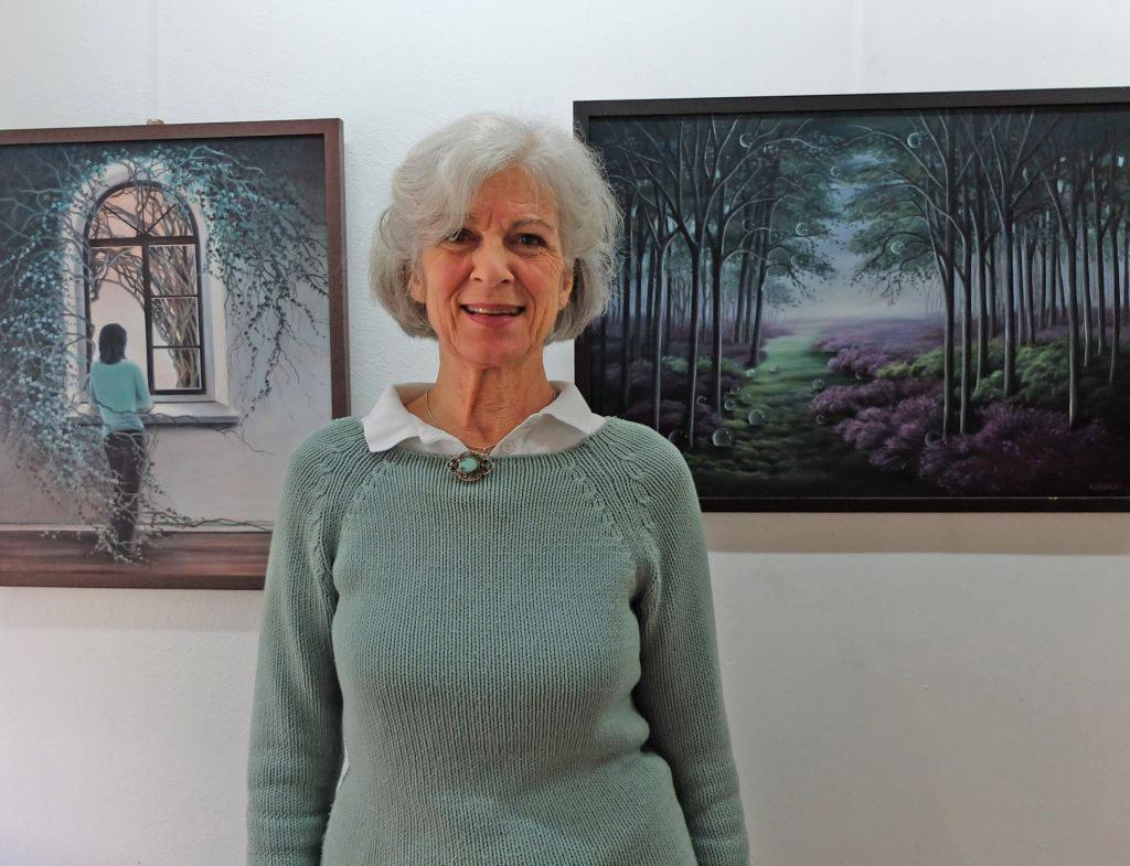 Ausstellung in Gmund - Künstlerin H. Lucia Kordecki vor ihren Bildern