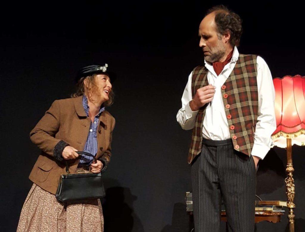 Pygmalion: Katharina Paul als Eliza stellt sich bei Professor Higgins (Bernd Schmidt) vor