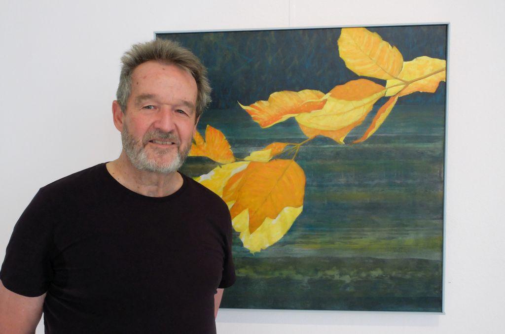 """Kunst Valley: Der Valleyer Maler Reinhold Schmid vor seinem Bild """"Mangfallherbst"""""""