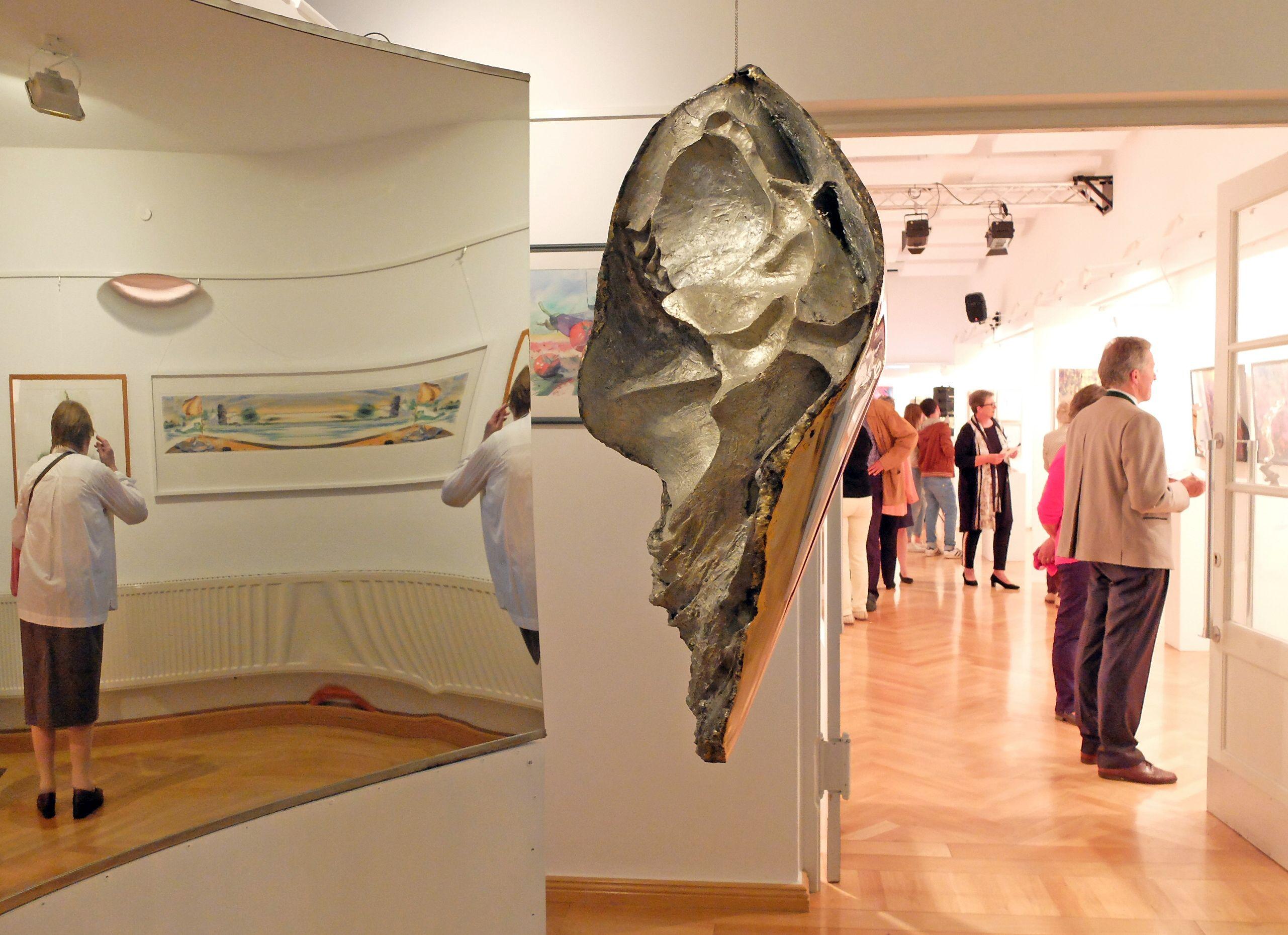 69. Tegernseer Kunstausstellung im E-Werk - Antonia Leitners Spiegelinstallation spielt mit der Wahrnehmung - und lädt zum Austausch ein