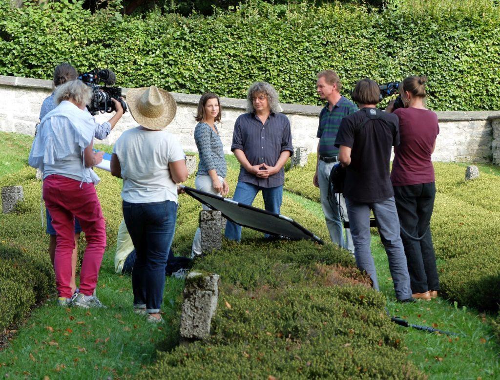 Beim Dreh mit dem BR auf dem Friedhof in Gmund: Moderatorin Irene Esmann interviewt Matthias Striebeck und Christof Langer