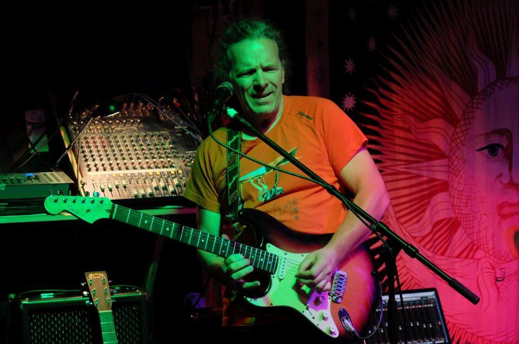 Wolfgang Hierl steuert seine legendären Gitarrenriffs bei