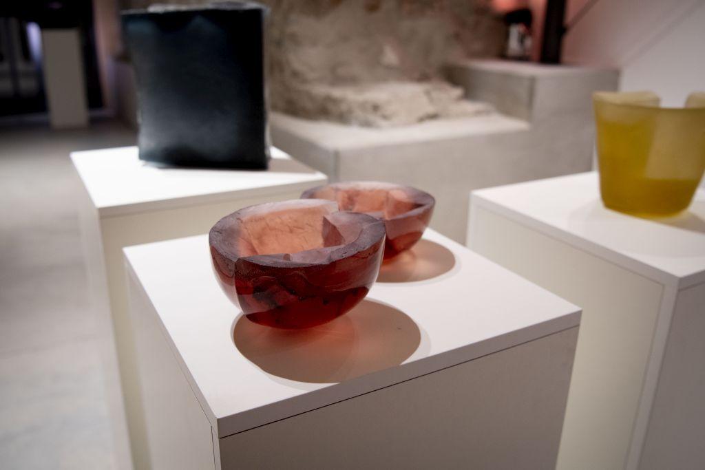 """Historische Glashütte Schliersee und zeitgenössische Glaskunst von Louise Lang in der """"Fuge"""" zwischen historischem Heimatmuseum und Neubau"""