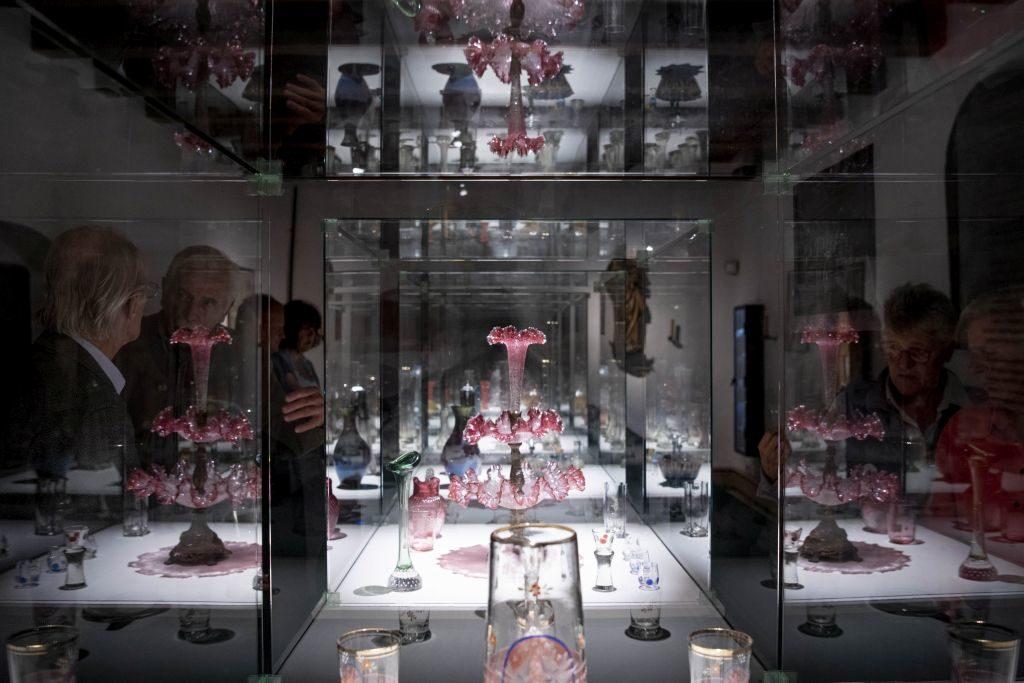 Blick in die historische Glasausstellung im alten Heimatmuseum