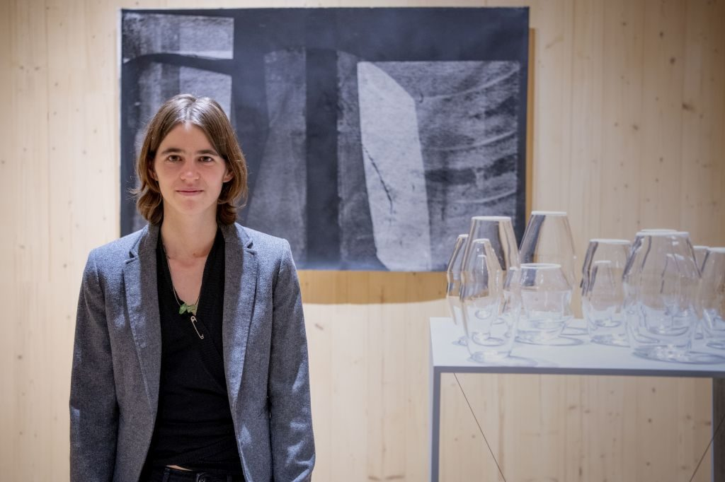 Glaskünstlerin Louise Lang vor Glasobjekten und Siebdrucken