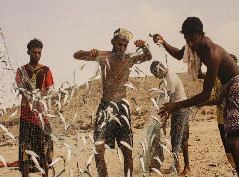 Geflüchtete Menschen aus Yemen beim Fischfang