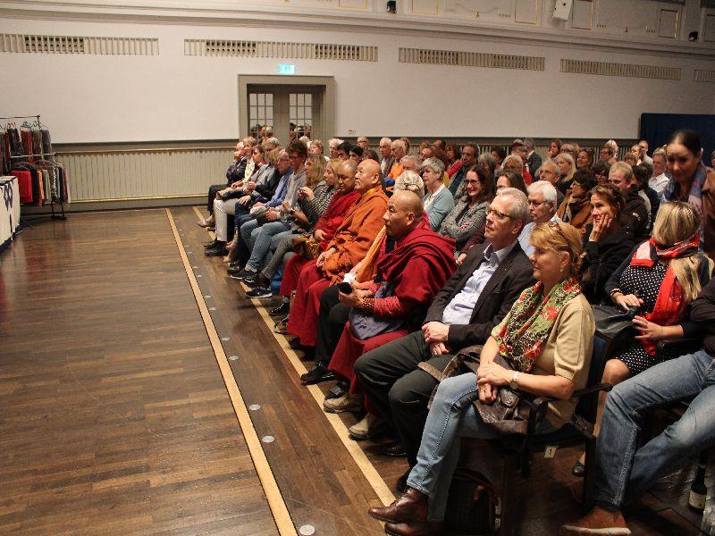 Gespannte Zuschauer im Waitzinger Keller Foto: Andreas Vogt