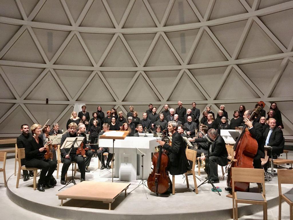 Das ensemble pro musica baut sich rund um den Altar der St.Josef-Kirche auf