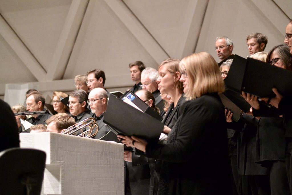 Die Chormitglieder von cantica nova holzkirchen singen aus ihren Partituren