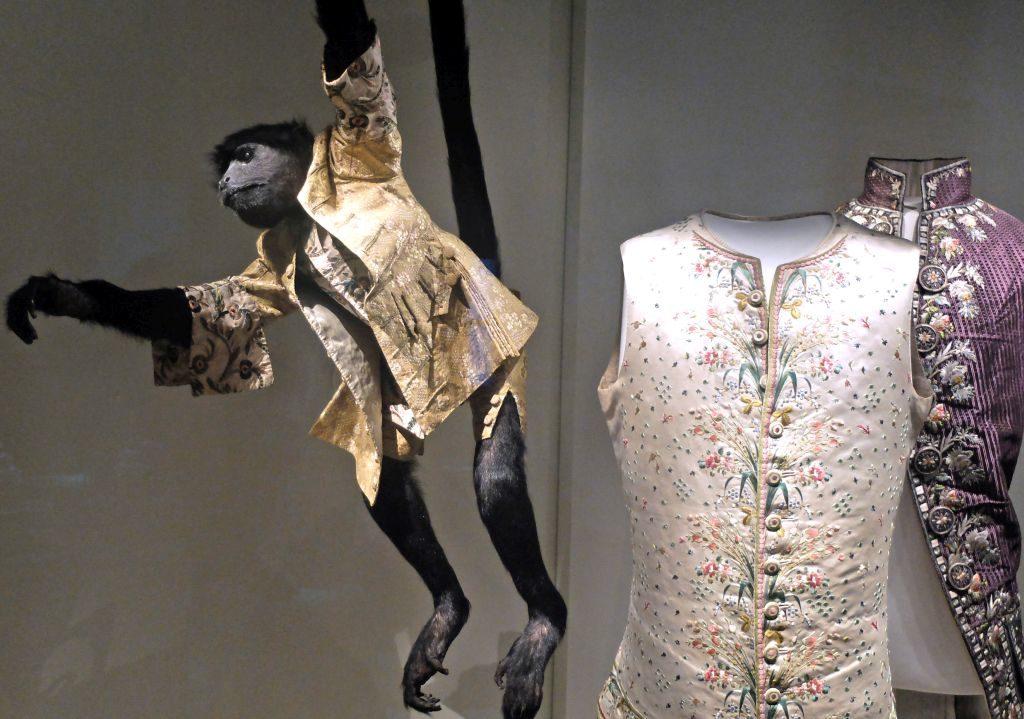 """Kostümsaal: """"Sogar ein Affe trägt eine roba à la française"""" - Bayerisches Nationalmuseum - Bloggerwalk Barocker Luxus"""