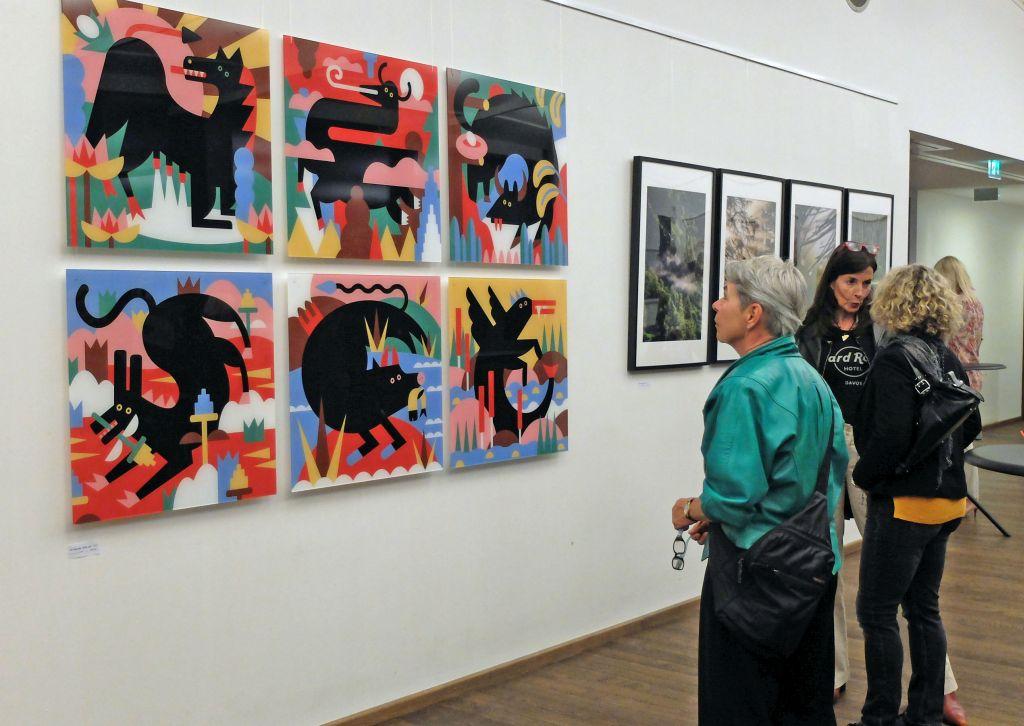Blick in die Ausstellung auf die farbenfrohen Illustrationen von Katharina Bourjau