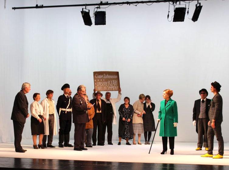 Der Besuch der alten Dame - Claire kommt in Güllen an. Ensemble des Weilheimer Stadttheaters