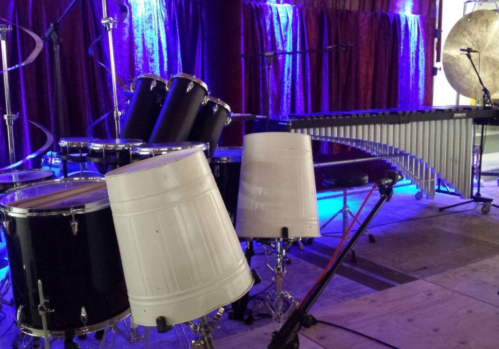 Zahlreiche Instrumente schmücken die Bühne