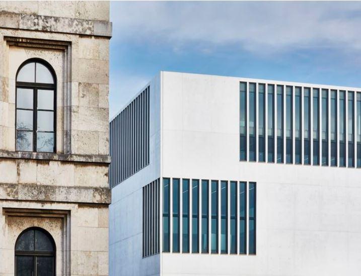 NS-Dokumentationszentrum München mit Fassadenanteil des ehemaligen Führerbau, heute Musikschule.