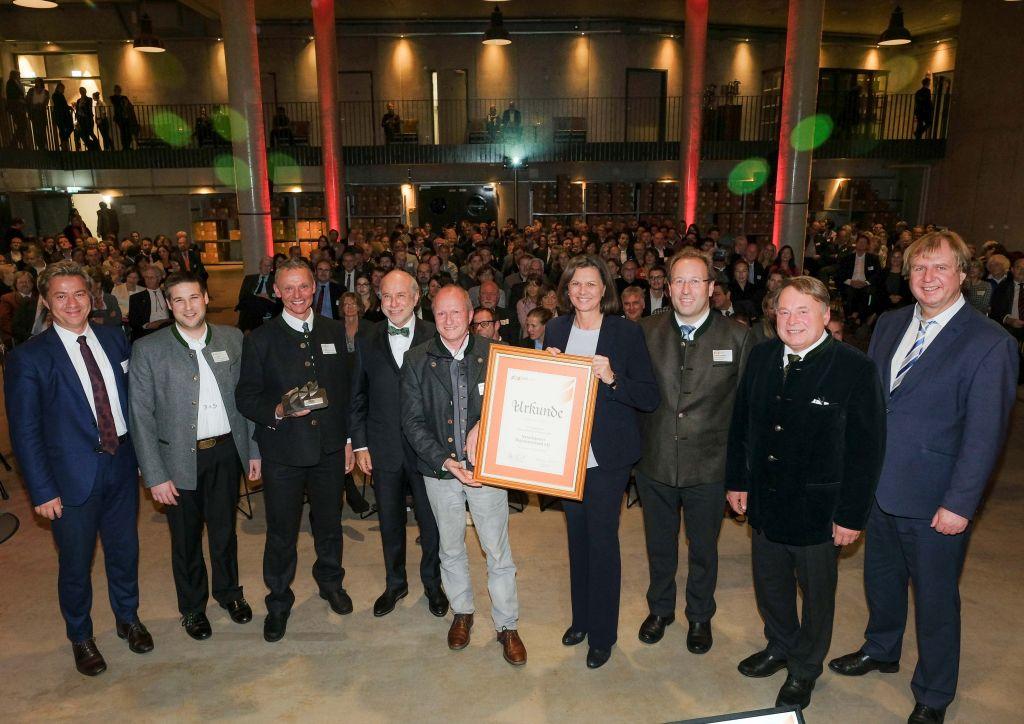 Wirtschaftspreis Landkreis Miesbach beim Wirtschaftsempfang der SMG - Preisträger mit Ehrengästen aus Politik und Wirtschaft