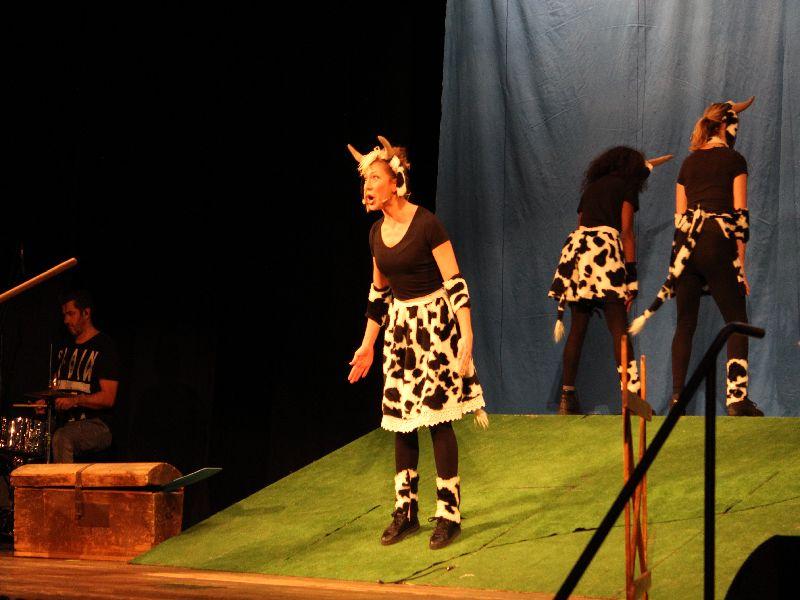 Hanna Bogner bringt als Kuh die Kinder zum Lachen