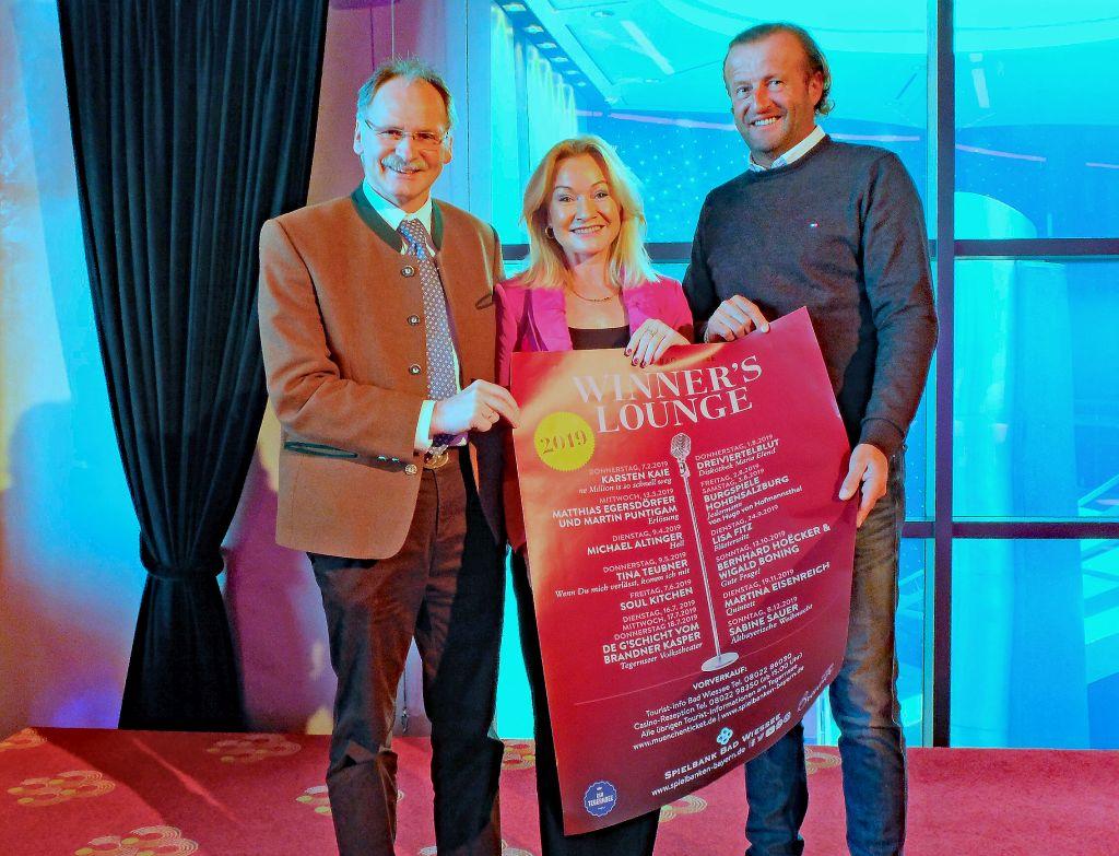 Winners Lounge Bad Wiessee 2019 - Präsentieren stolz das Jahresprogramm der Winners Lounge für 2019: Vize-Bürgermeister Robert Huber, Spielbankdirektorin Antje Schura und Peter Rie, Veranstaltungsmanager der Tegernseer Tal Tourismus GmbH