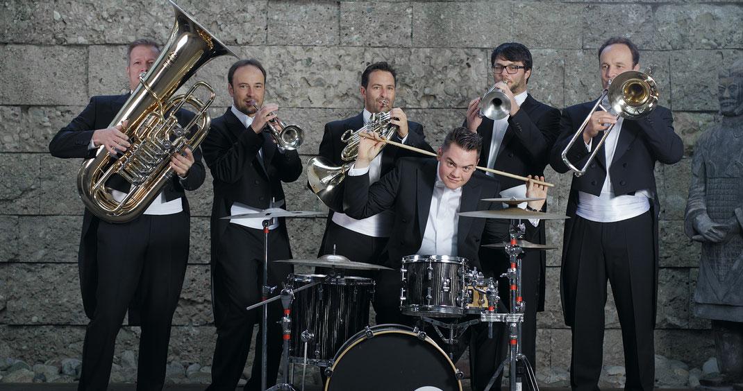 Die sechs Musiker von esbrassivo: Thomas Stadler, Josef Lang, Marinus Brückmann, Alexander Hermann (sitzend), Georg Hiemer und Sebastian Lang (v.l.)
