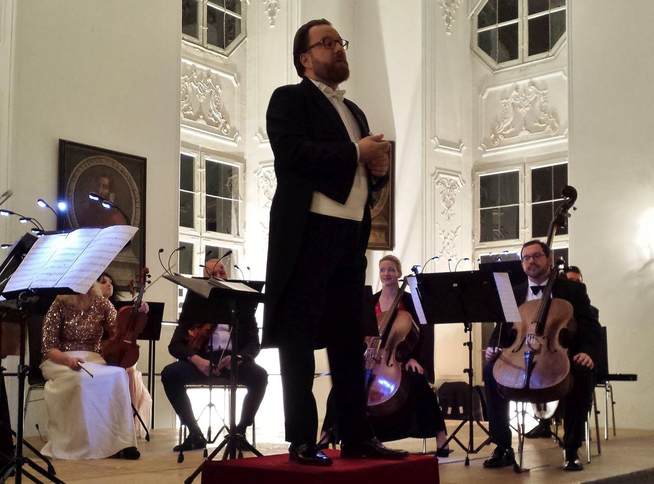 Dirigent Franz Schottky führt charmant durchs Programm