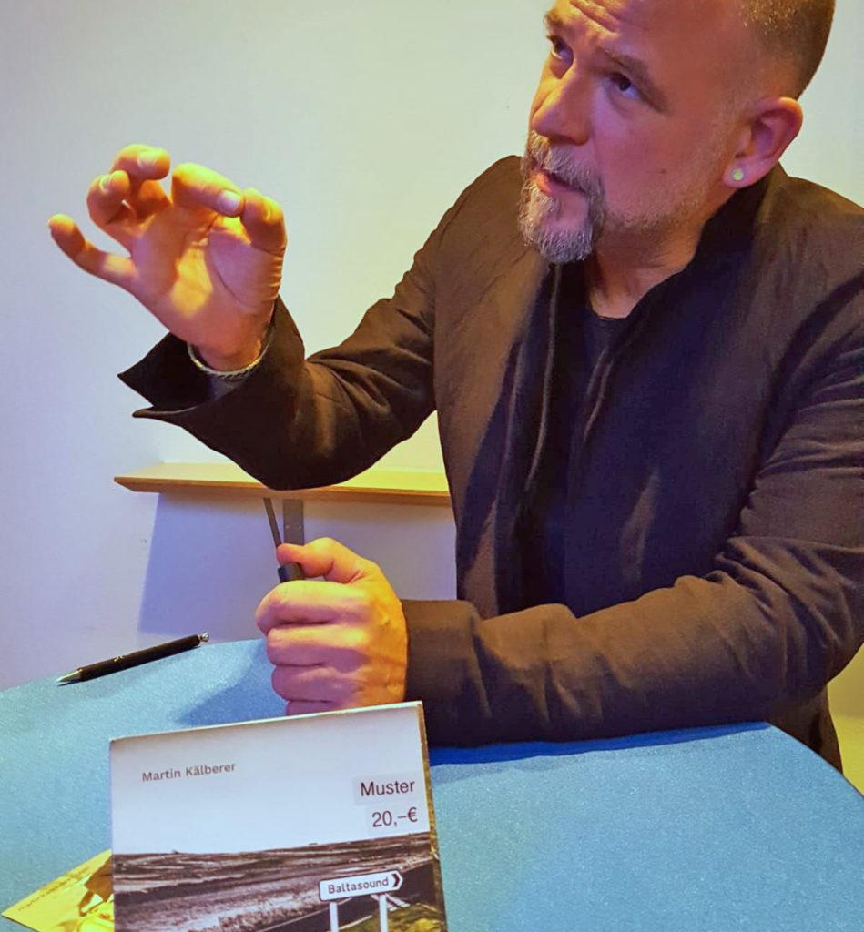 Matin Kälberer nimmt sich Zeit zum Signieren. Foto: Isabella Krobisch