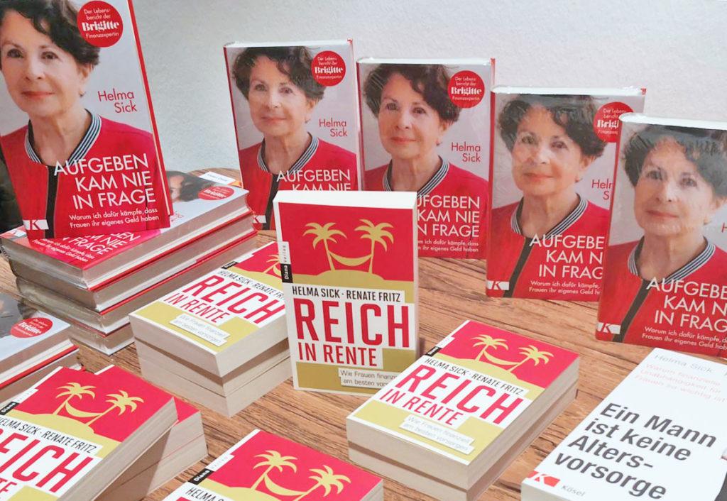 Der Büchertisch mit den Ratgeberbüchern von Erfolgsautorin Helma Sick