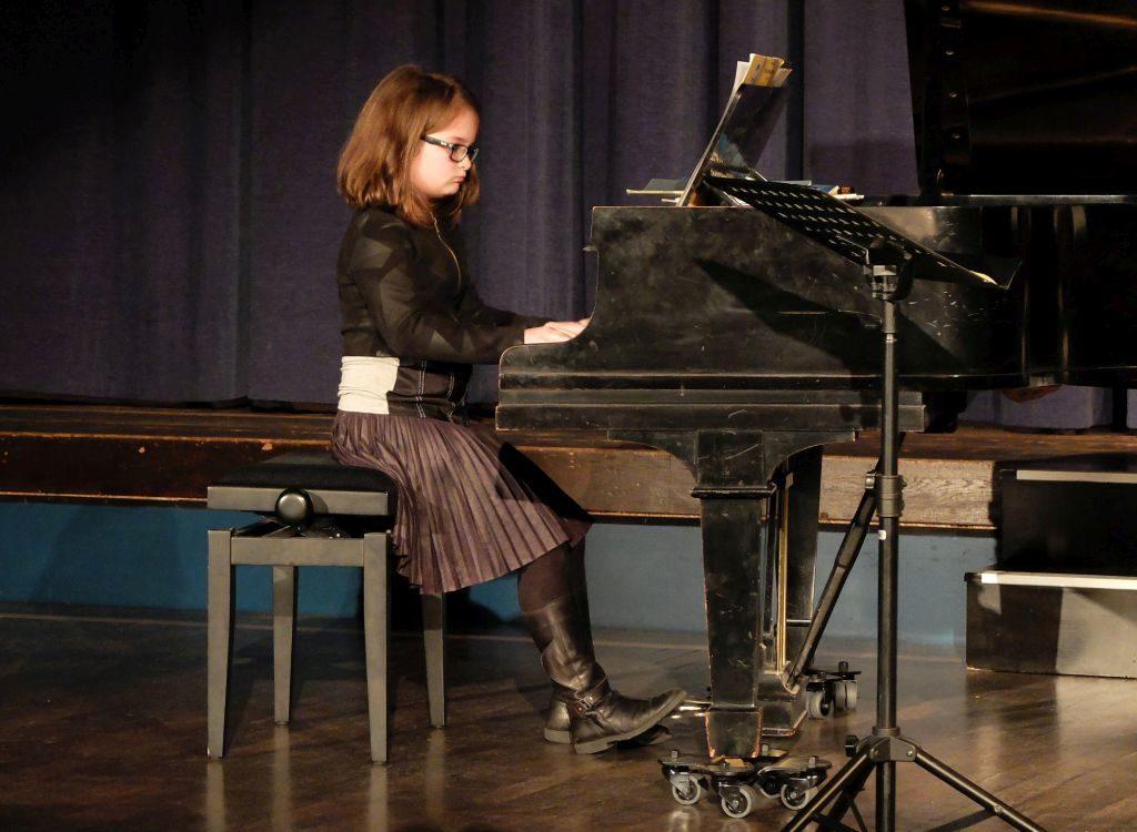 Tochter Sophia Maier virtuos am Klavier beim Kammerkonzert in Miesbach