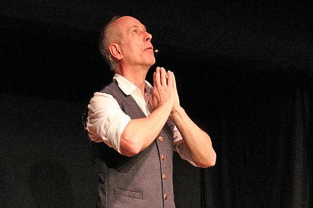 Kabarettist Alfred Mittermeier mistet aus - auf der Kleinkunstbühne Waakirchen.