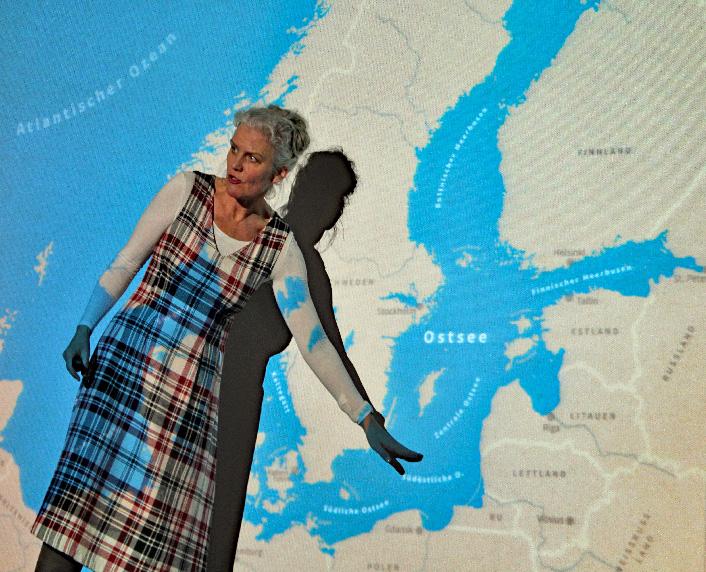 Fräuein Brehm (Barbara Geiger) zeigt, wo der Schweinswal in Deutschland vorkommt