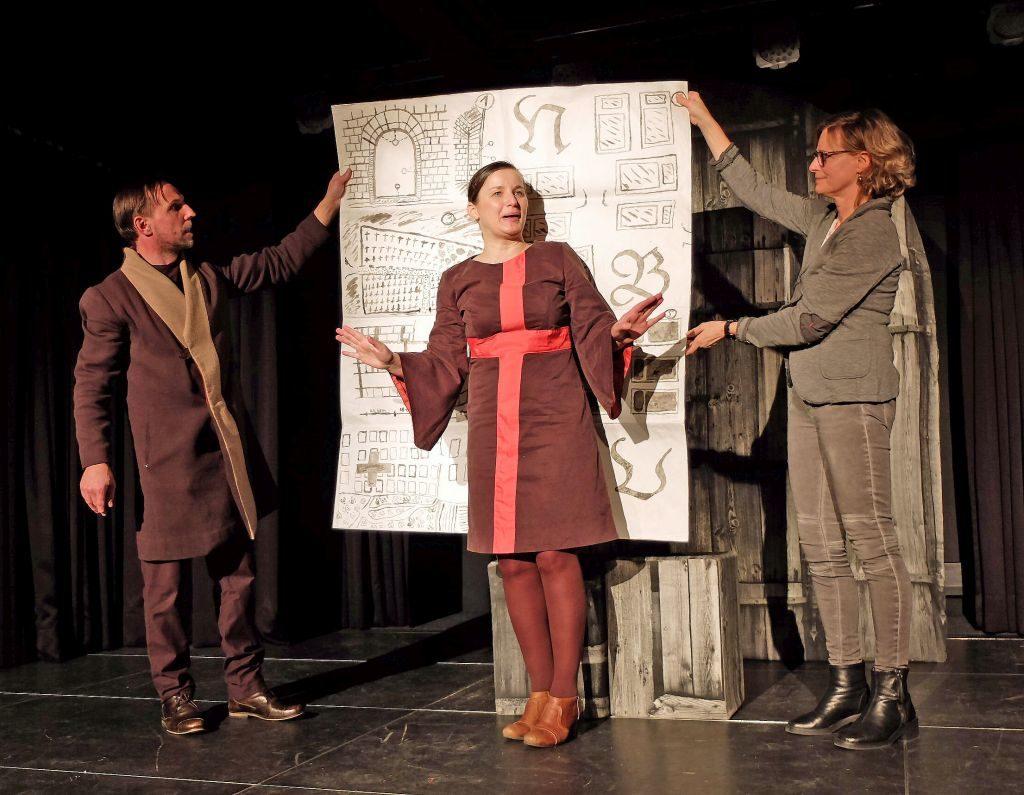 Auch die Zuschauer helfen mit, das Frauenkloster zu errichten: Gotthard Lange, Heike Feist, Lizzy Hladek (v.l.)