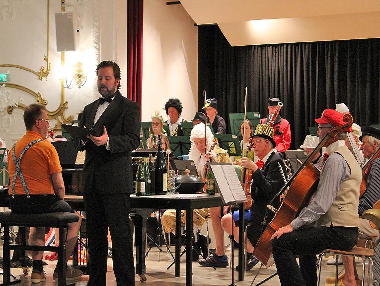 Multitalent Andreas Ruppert dirigiert, spielt Klavier, Klangspiel und unterhält das Publikum