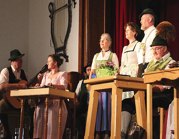 "Gefühlvolles mit dem ""Chiemseewinkel Dreigsang"" rechts im Bild: Humorvoller Ansager Lenz Berger."