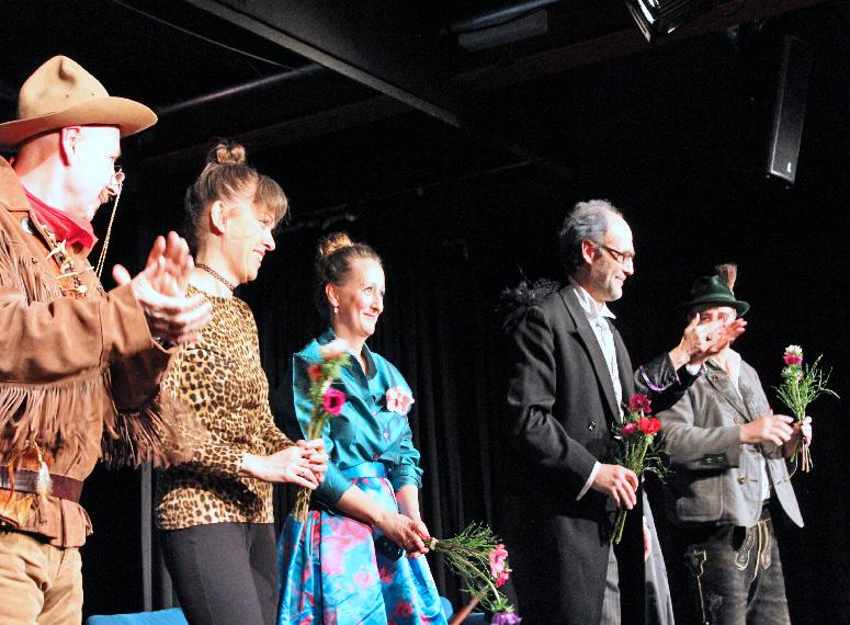 Bild 5: Verbeugung unter anhaltendem Applaus für das Fools-Ensemble