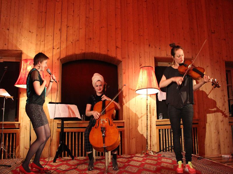 Konzert in Bayrischzell - die Kusimanten am Tannerhof: Tamara Lukasheva, dee Linde und Marie Theres Härtel verzaubern als Kusimanten den Tannerhof.