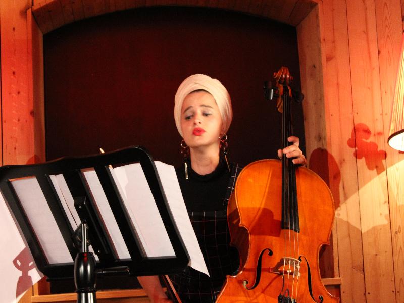 Cellistin dee Linde: nur bei Uraufführung sind Noten erlaubt