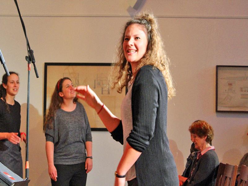 Strahlende Chorleiterin Agnes Schlaghaufer