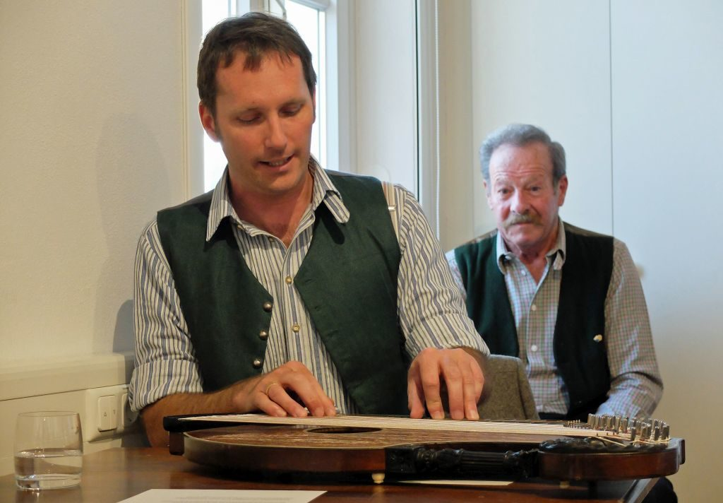 Sepp Wackersberger singt ein Lied aus der Sammlung des Kiem Pauli