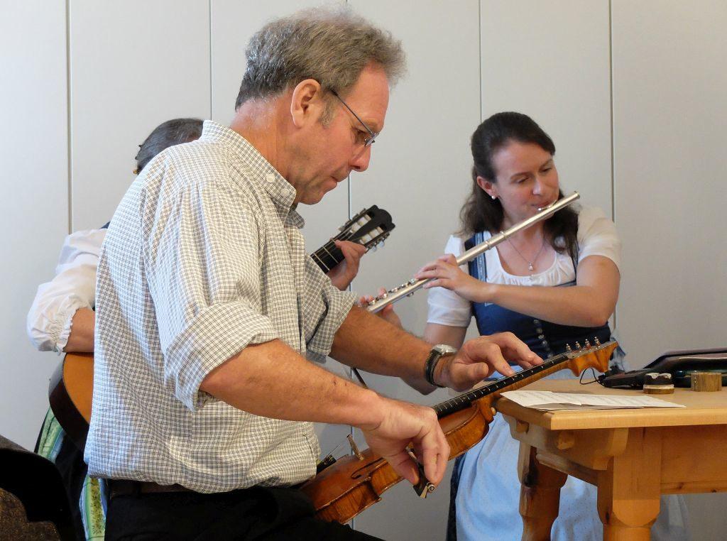 Sepp Wackersberger spielt die seltene Tischgeige